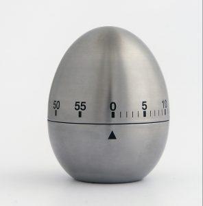 Kookwekker in de vorm van een ei om opruimen leuker te maken