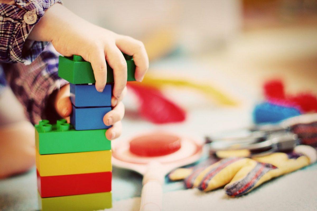 Kind speelt met Duploblokken-tips hoe je speelgoed praktisch sorteert en opruimt