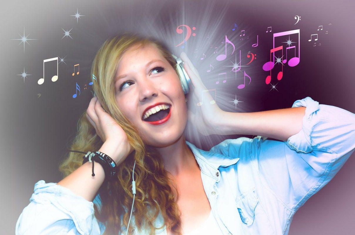 Lachende vrouw luistert naar muziek