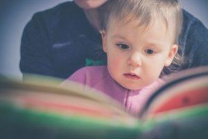 Ouder lees boekje samen met kindje. Leer kind speelgoed opruimen - Gewoon Opgeruimd