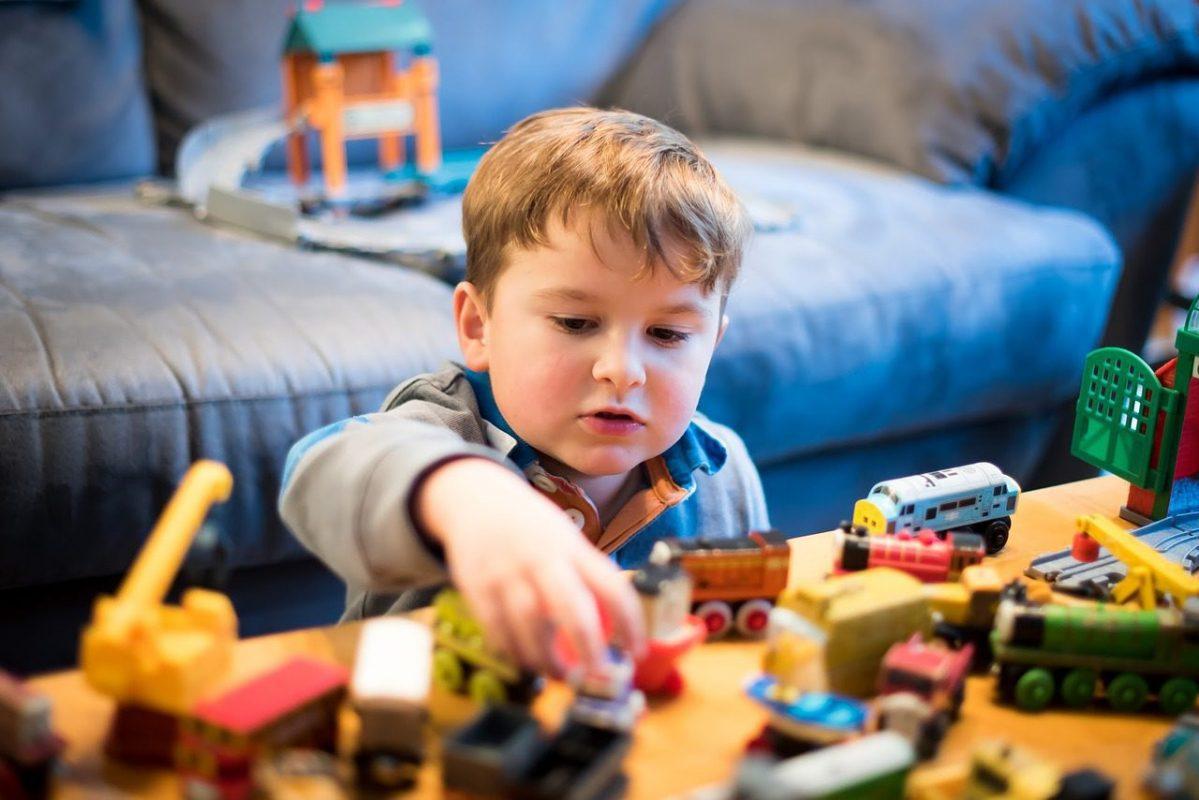 Jongetje speelt met treinen- Leer kind opruimen - Gewoon Opgeruimd