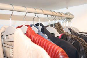 Je kledingkast opruimen: omgekeerde hangmethode