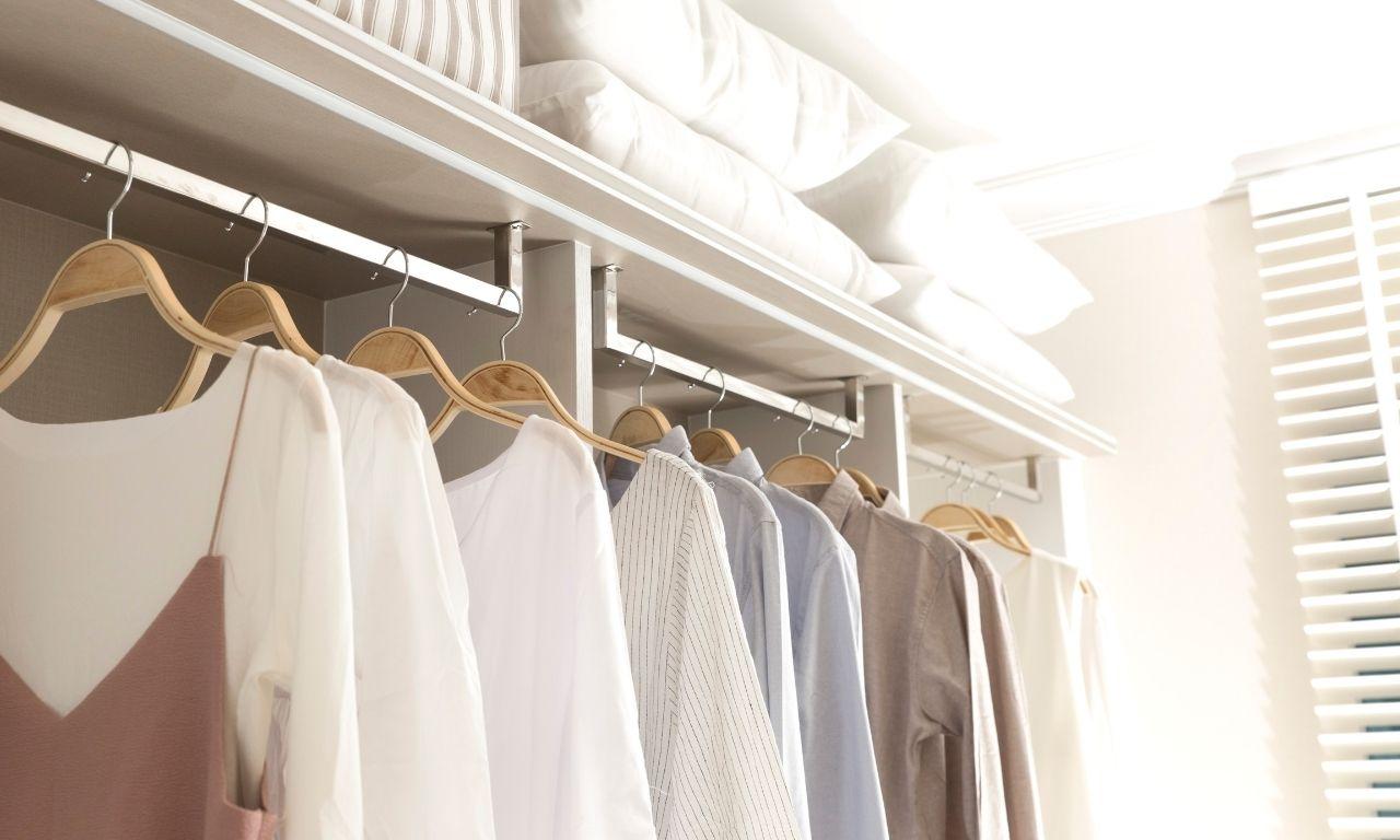 tips om je kledingkast opgeruimd te houden - opruimcoach utrecht