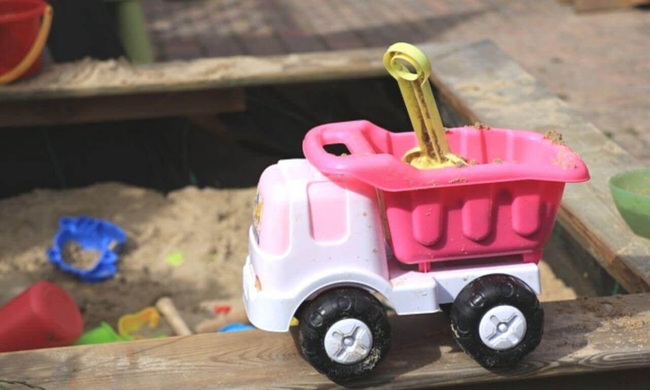 kiepauto in zandbak - tips opgeruimde tuin met kinderen - opruimcoach utrecht